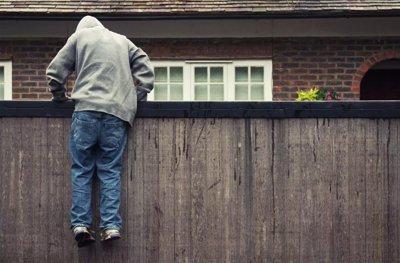 Ladrón saltando cerca