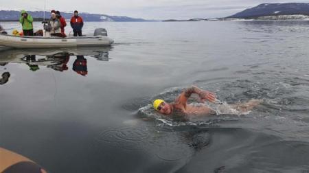 Un herrero cruza a nado el canal de Beagle